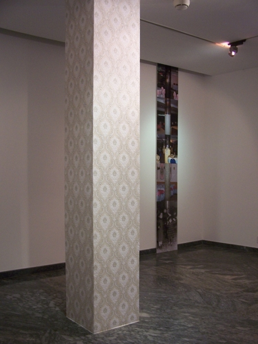 installation<br />60x60x310cm / fake column with wallpaper, digital print from floor to ceiling <br />Dimensions variable<br />Installation view from 'The 1000 Lies of Identity' Siemens Sanat-2005
